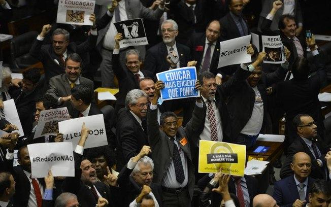 Foto de Fabio Rodrigues Pozzebom/Agência Brasil Deputados comemoram rejeição à redução da maioridade penal para crimes hediondos Foram 303 votos a favor, 184 contra e 3 abstenções. Veja lista completa de deputados em ordem alfabética