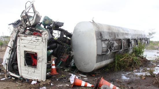 acidente-entre-L200-e-carreta5-foto-Raimundo-Mascarenhas-CN