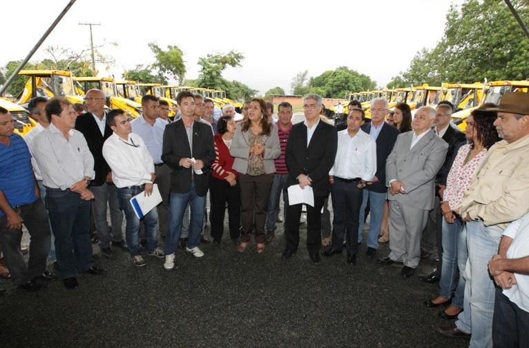 Cansanção, Itiúba, Nordestina e mais 17 municípios recebem retroescavadeiras