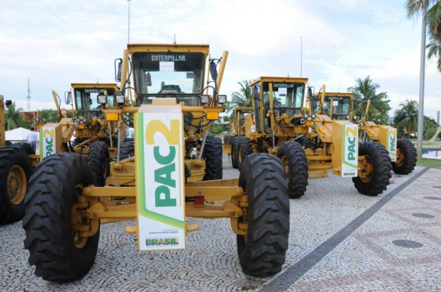 pac-2-vai-entregar-motoniveladoras-retros-e-caminhoes-pipa-a-municipios-afetados-pela-seca