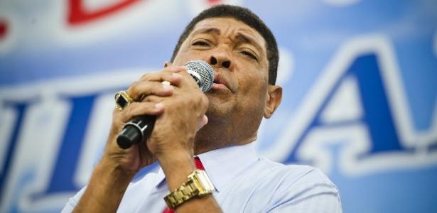 3abr2012---culto-do-pastor-valdermiro-santiago-ex-universal-e-maior-adversario-de-edir-macedo-atualmente-na-igreja-mundial-no-braz-1379689435126_615x300