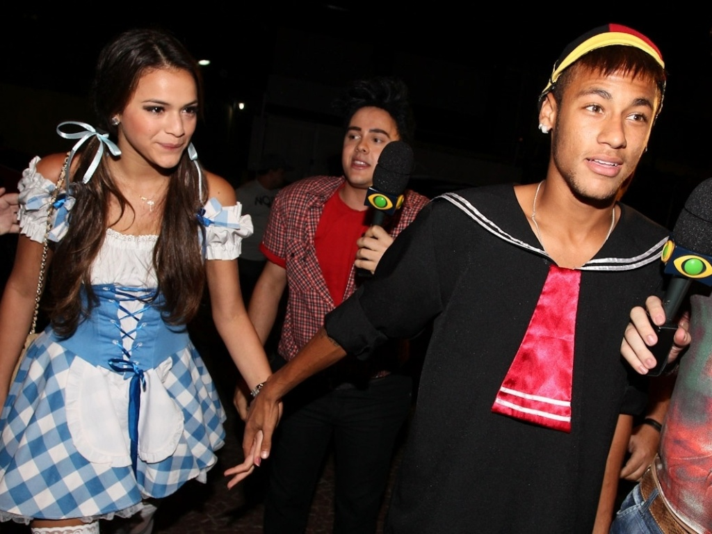 11mar2013---de-maos-dadas-bruna-marquezine-e-neymar-chegam-a-festa-a-fantasia-que-comemora-os-30-anos-do-cantor-thiaguinho-em-sao-paulo-1363089566992_1024x768