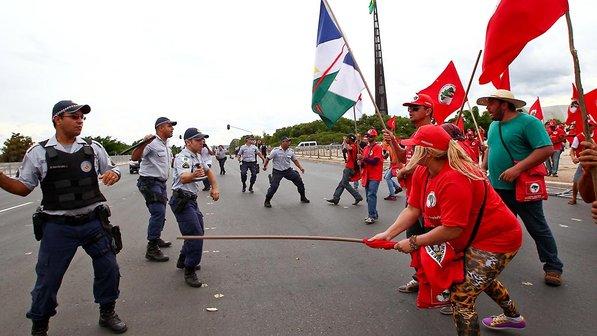brasil-brasilia-mst-protesto-20140212-02-size-598
