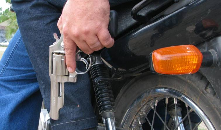 motoqueiro armado