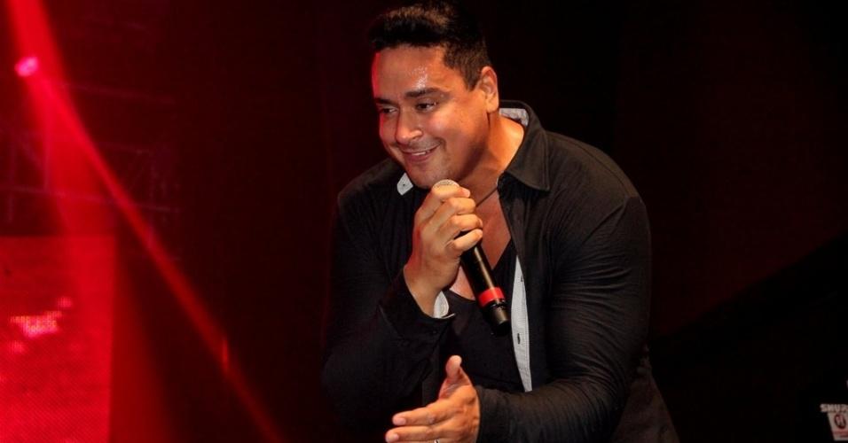 1jul2013---xanddy-vocalista-do-grupo-harmonia-do-samba-comanda-o-show-a-melhor-segunda-feira-do-mundo-em-sao-goncalo-rio-de-janeiro-1372751716434_956x500