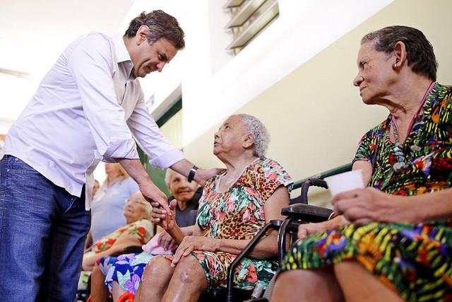 aecio-anuncia-aumento-de-aposentadoria-acima-do-salario-minimo-para-idosos