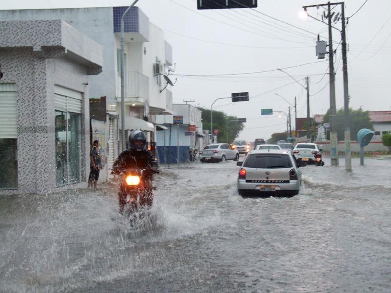 Forte temporal deixa Cansanção debaixo d'água