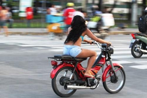 07/05/2013. Credito: Nando Chiappetta/DP/D.A Press. - Diario Urbano - Restricao de veiculos para melhorar a mobilidade do Recife.na foto - cinquentinha a toda velocidade na av Agamenon Magalhaes