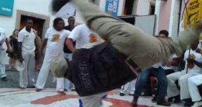 8913,policial-surpreende-capoeiristas-e-joga-capoeira-no-pelourinho-veja-video-2