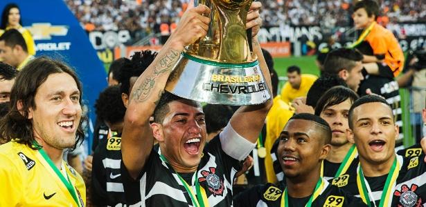 ralf-ergue-o-trofeu-de-campeao-brasileiro-apos-goleada-em-cima-do-sao-paulo-no-brasileiro-1448229418464_615x300