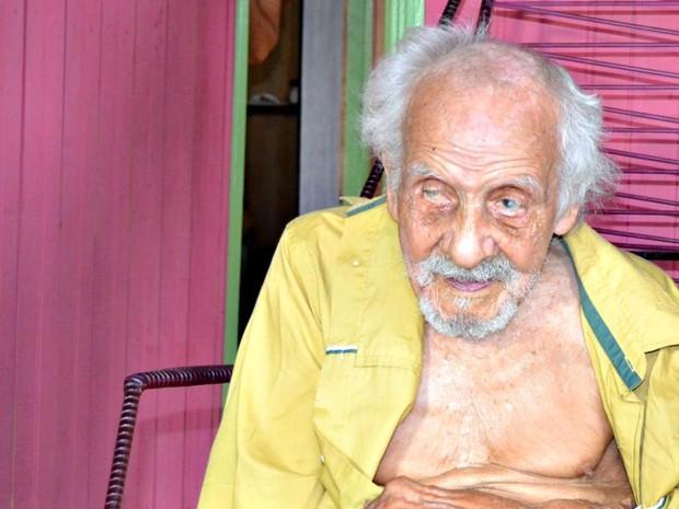 Nordestino de 131 anos vive com mulher quase 70 anos mais jovem