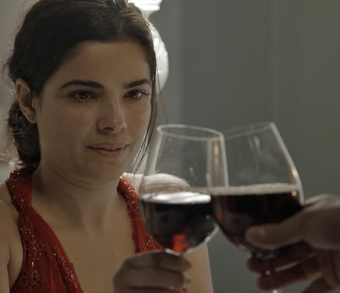 Tóia coloca substância na bebida de Romero para dopá-lo (Foto: TV Globo