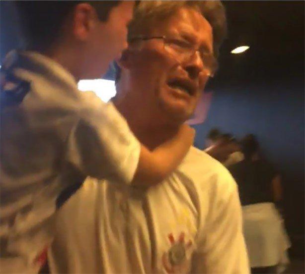 pai_e_filho_chorando_apos_bombas_atiradas_pela_4s