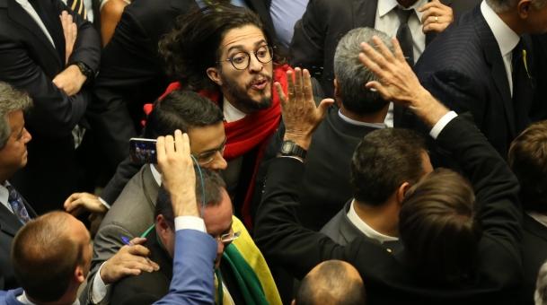 Jean-Wyllys-cospe-em-Bolsonaro