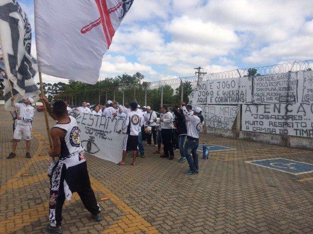camisa_12_protestou_na_porta_do_ct_joaquim_grava_a7