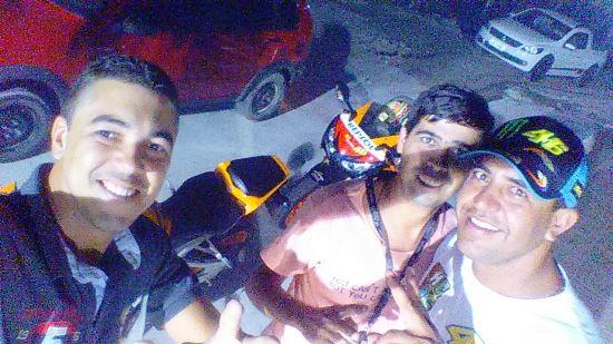 Fábio (ao centro) sua moto logo atrás, poucas horas antes do acidente. Self feito pelo amigo Caio com que esteve minutos antes do acidente
