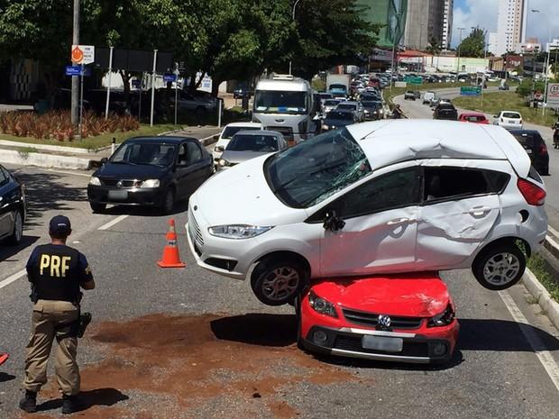 acidente_br-230_carro_em_cima_de_outro