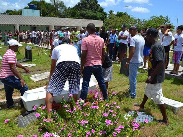 Menino foi sepultado no cemitério Jardim da Eternidade (Foto: Everaldo Lins / Visão Diária)