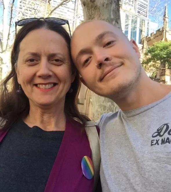 A mãe (à esquerda) do australiano ficou confusa com o procedimento | Reprodução/Facebook(Sam Leighton-Dore)