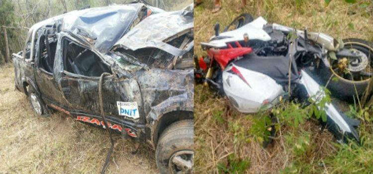 Depois da batida, a caminhonete capotou. A possante moto também foi parar fora da pista (Foto: Augusto Urgente)