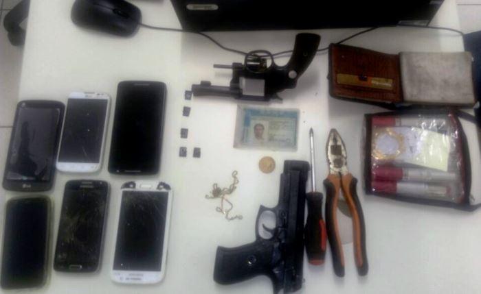 objetos recuperados com os suspeitos