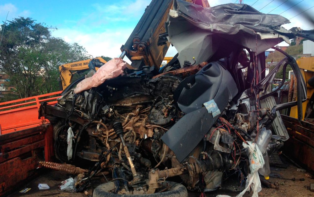 carro destruido 02