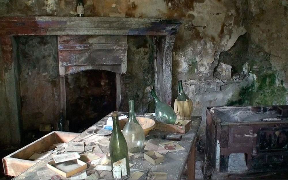 3 o interior de algumas casas esta em pessimo estado de conservacao