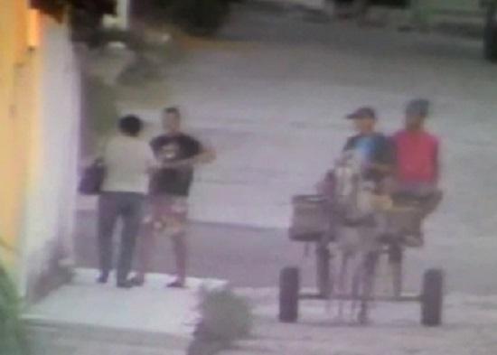 homens assaltam com carroça