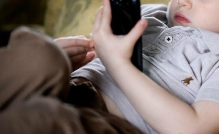 criança usando celular