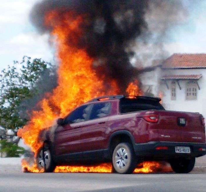 carro pega fogo valente