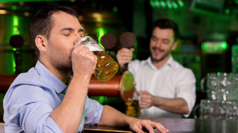 size 810 16 9 homem degustando cerveja