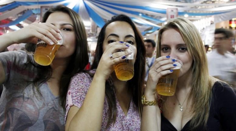 trio mulheres bebendo 1