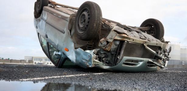 8fev2018 imagem representativa carro de cabeca para baixo acidente acidente de transito