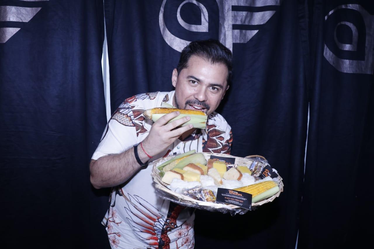 Em seu camarim Xand Aviões recebeu de presente da organização do evento uma cesta especial com culinária típica junina. Foto FRED PONTES