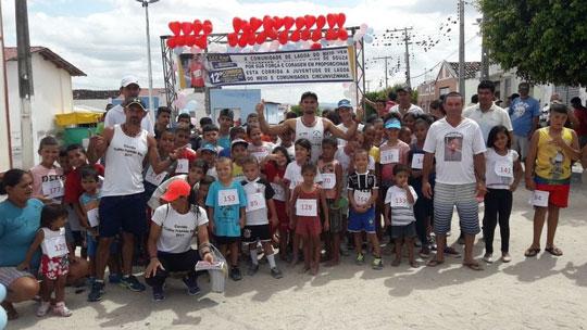 2 ivanildo ao centro com as criancas que participaram de uma de suas corridas