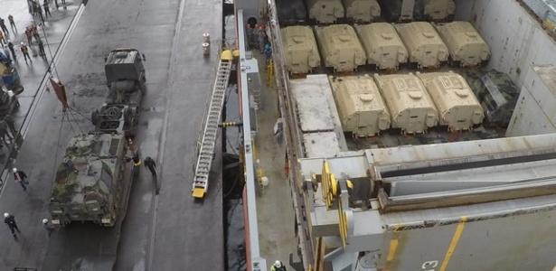blindados doados pelos estados unidos sao desembarcados no porto de paranagua pr