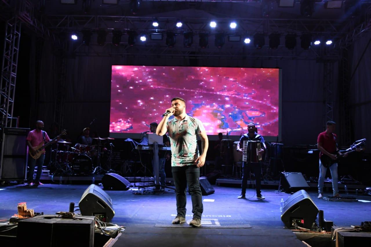 O cantor Dieguinho DB abriu o evento. Foto Tiago Martins