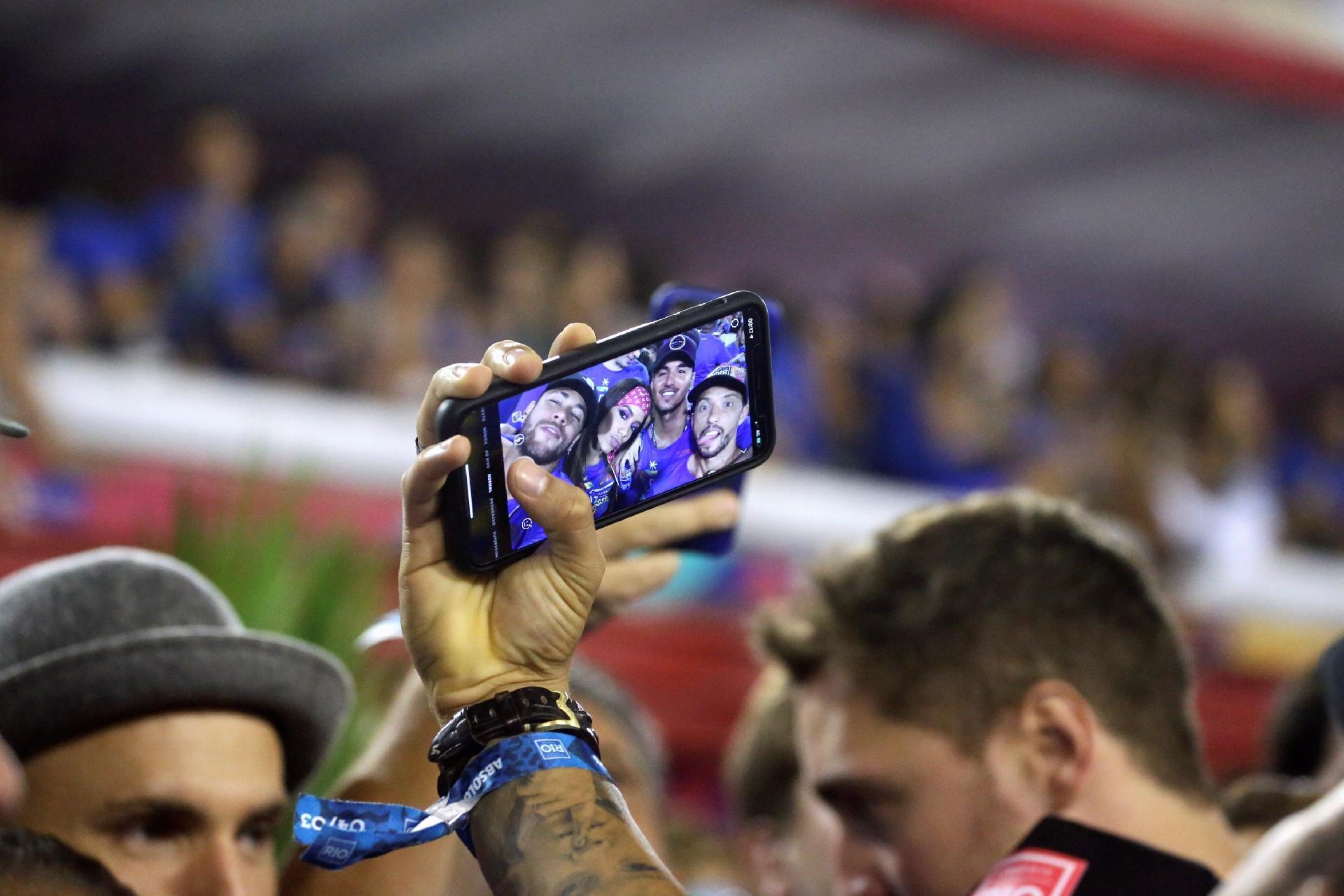 jogador de futebol nene fazem selfie na sapucai durante o desfile das
