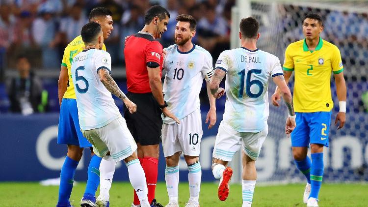 lionel messi conversa com o arbitro durante a partida entre brasil e argentina