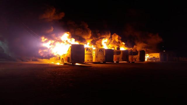 Incêndio atinge garagem da empresa São Luiz em Jacobina vários ônibus são destruídos 01