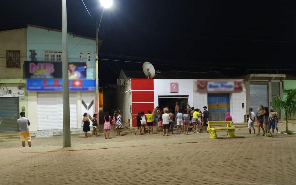 Moradores em posto bancário após explosão causada por criminoso na Bahia — Foto: Edivaldo Braga/Blogbraga