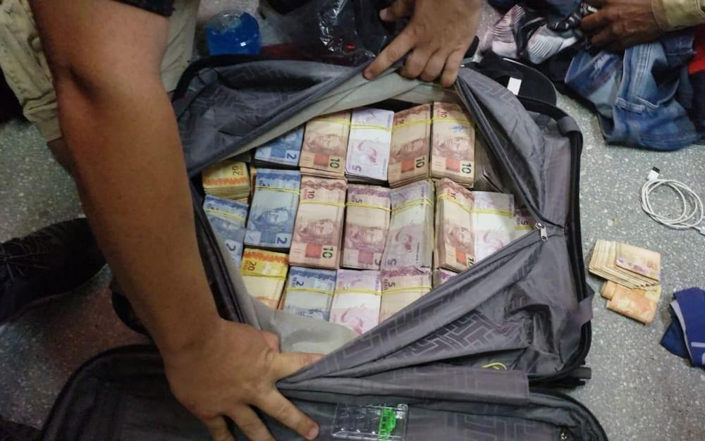 Mala com dinheiro encontrada com homens suspeitos de roubarem banco em Teixeira de Freitas, no sul da Bahia — Foto: Divulgação/Polícia Federal