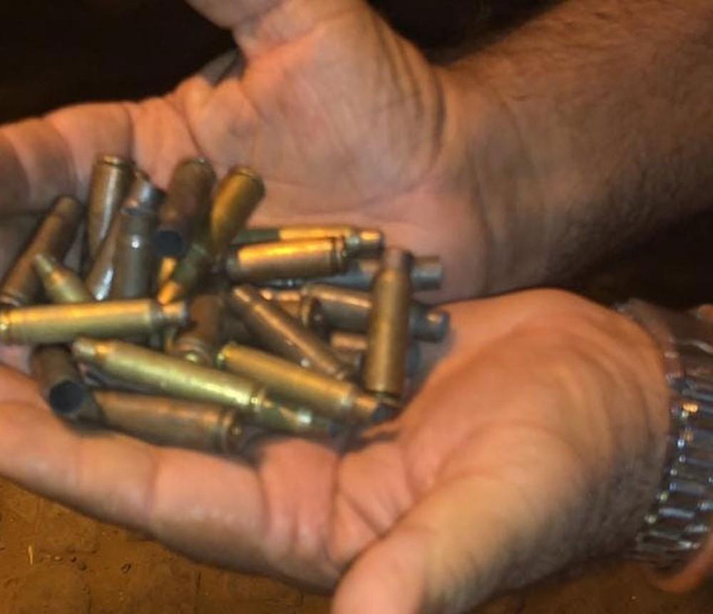 Morador encontra projéteis de arma de fogo após ação de criminoso contra posto bancário no interior da Bahia — Foto: Edivaldo Braga/Blogbraga