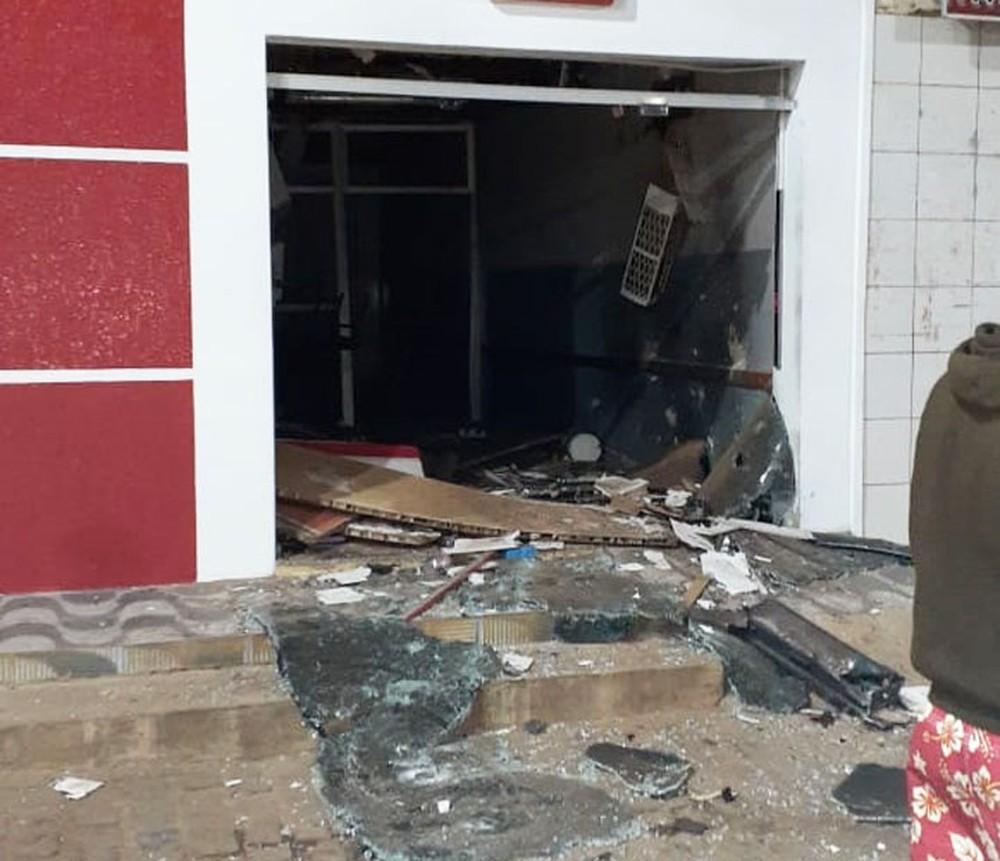 Posto bancário explodido por quadrilha em Mulungu do Morro, no interior da Bahia — Foto: Edivaldo Braga/Blogbraga