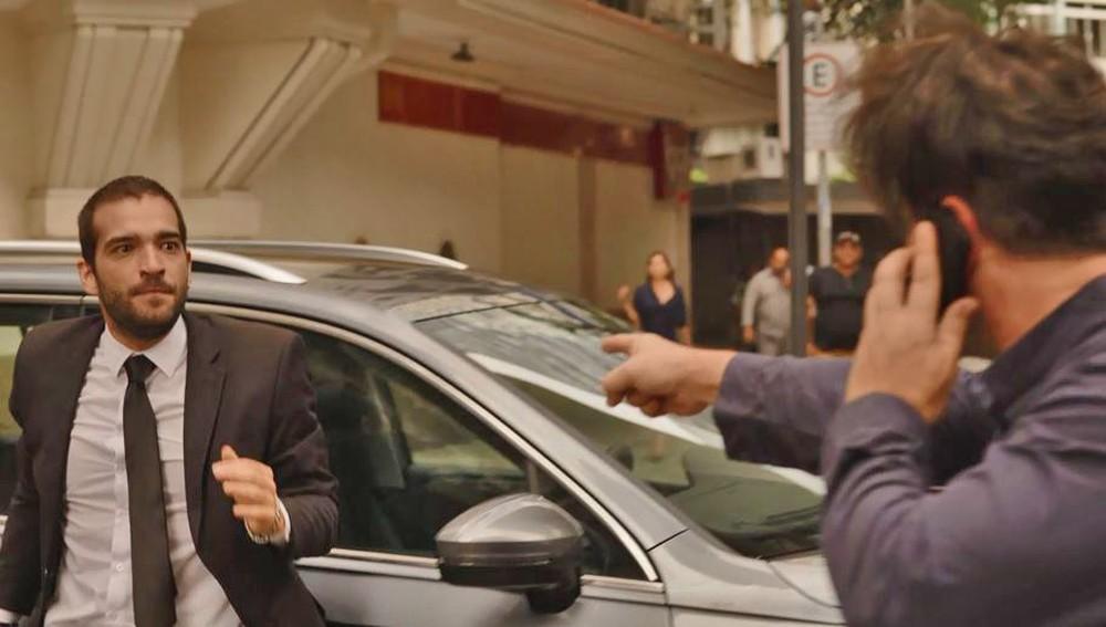 Sandro (Humberto Carrão) e Raul (Murilo Benício) brigam no meio da rua em 'Amor de Mãe' — Foto: Globo