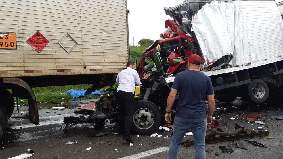 Acidente envolvendo quatro caminhões e um carro na BR-116