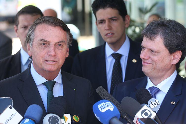 O presidente Bolsonaro e o ministro da Infraestrutura, Tarcísio de Freitas, durante entrevista à imprensa, hoje, em Brasília