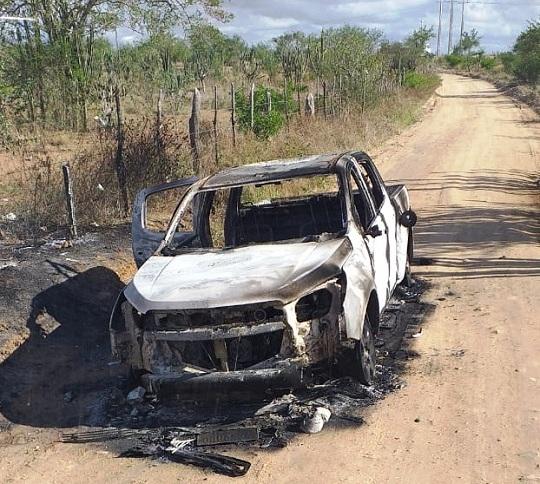 Caminhonete é encontrada destruída por fogo em Queimadas
