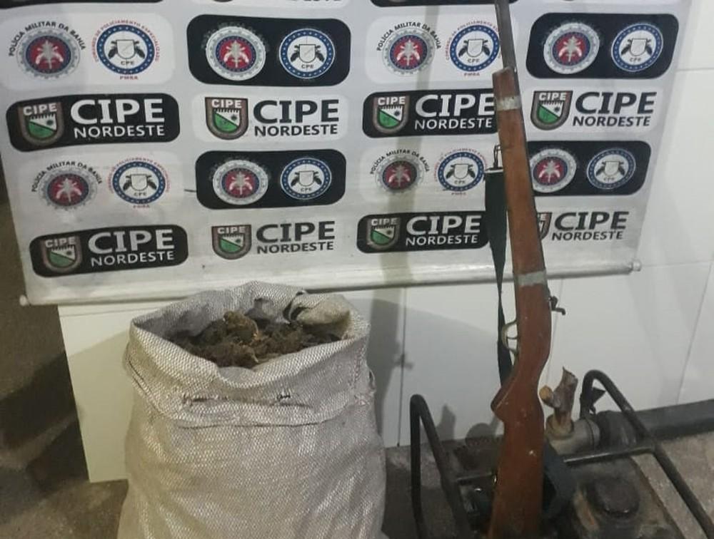 Homem transportava saco com 5 quilos de maconha e espingarda — Foto: Divulgação/SSP-BA