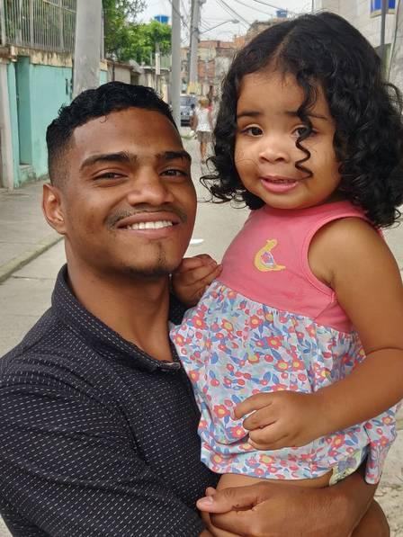 Patrick do Céu disse que pensou na filha Lara, de dois anos, quando decidiu salvar a criança Foto: Arquivo Pessoal